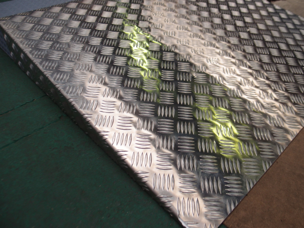アルミ縞板のレーザー切断・曲げ加工